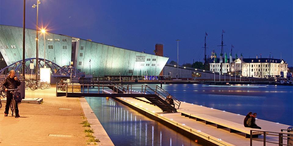 de-boer-de-groot-jetty-oosterdok-amsterdam-drijvende-steiger-met-bruggen-foto-ipv-delft-kopieren