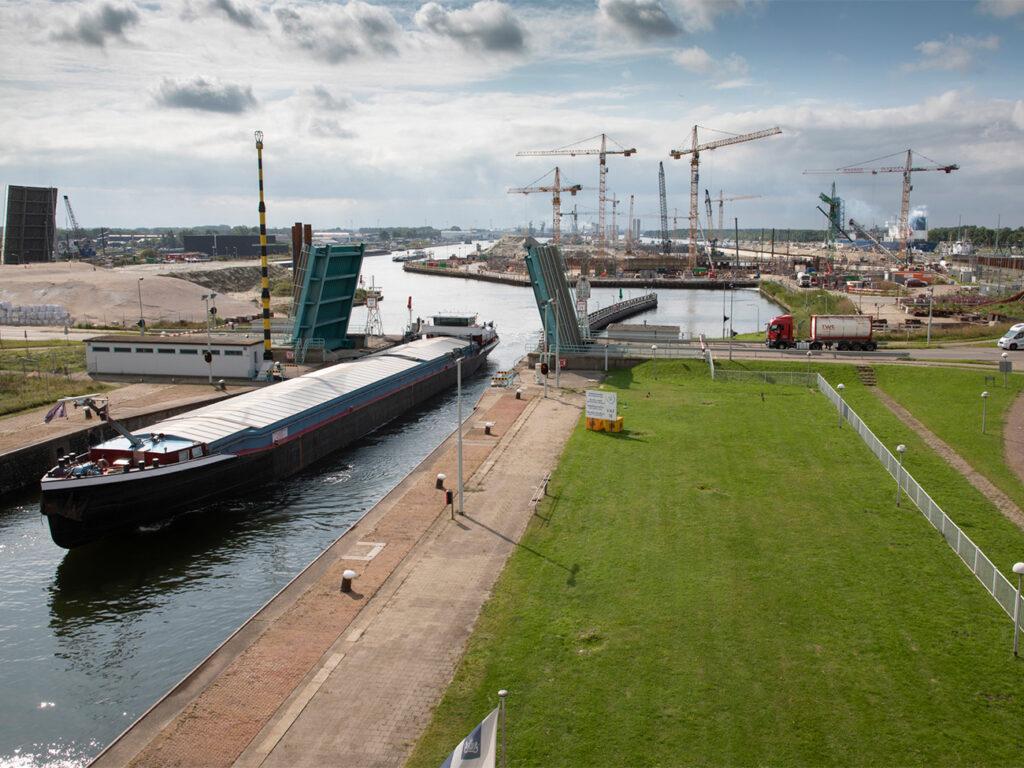 Middensluis,-Kapitein-Rooiboskanaal-en-in-de-verte-de-bouw-van-de-Nieuwe-Sluis